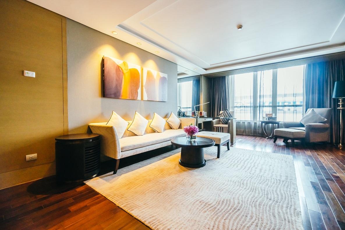 Decoración con alfombras: ideas y consejos. Sala de estar amplia con una alfombra.