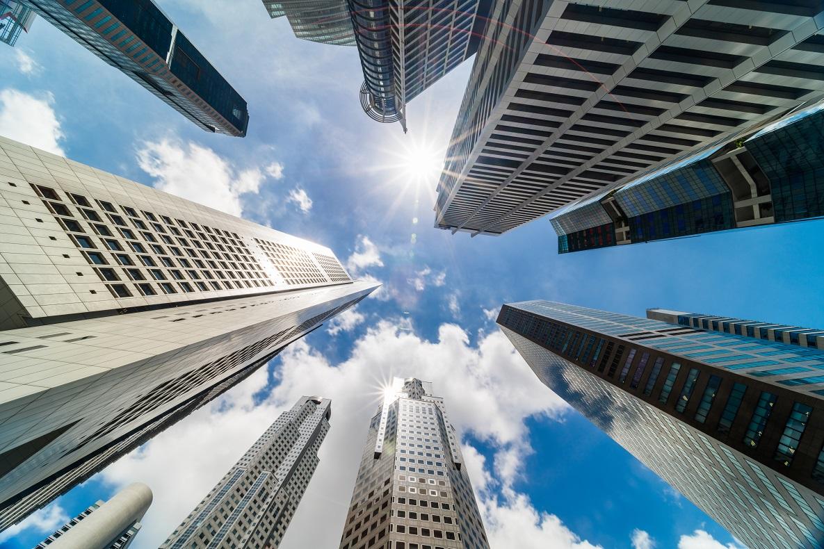 Futuro inmobiliario: tendencias del 2021 para el mercado inmobiliario. Ciudad con grandes edificios de oficinas.
